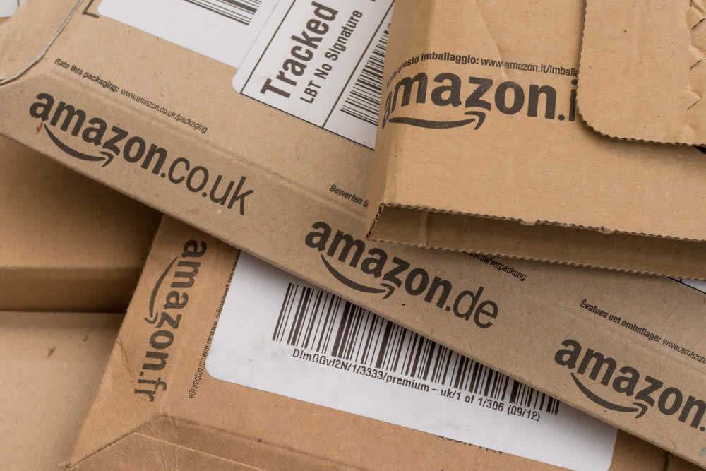 amazon Pakete | kay roxby / Shutterstock.com